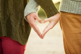 couple_handing hands